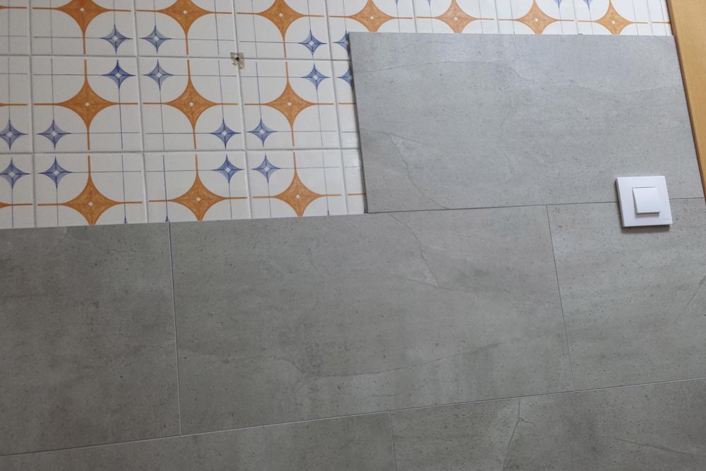 Reforma integral de cocina utilizando revestimientos for Revestimiento vinilico para paredes de banos